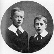Ronald (sinistra) e Hilary Tolkien nel 1905 (dalla Biografia di Carpenter)